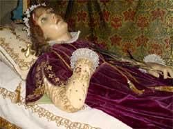Des orifices percé dans la statue permette de bien voir les ossements ...
